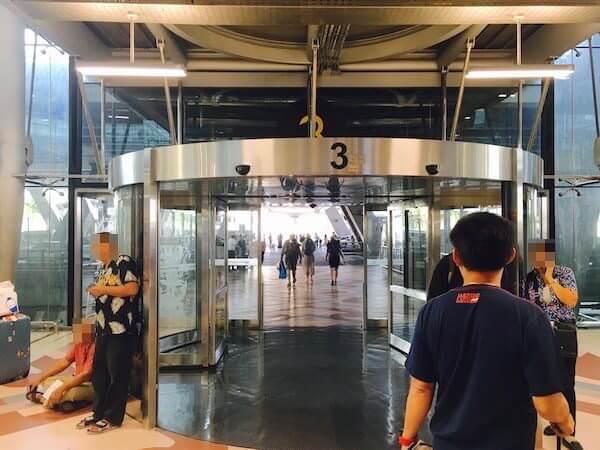 スワンナプーム空港2階の3番出口
