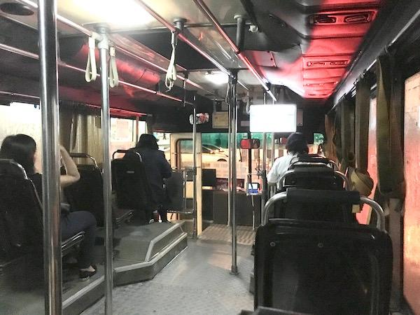 カオサン行きのS1バス車内