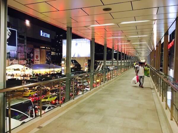 BTS チットロムの高架歩道