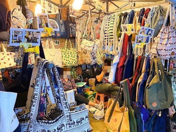 タラートロットファイラチャダーの雑貨エリアで売られていたエスニック柄バッグの専門店