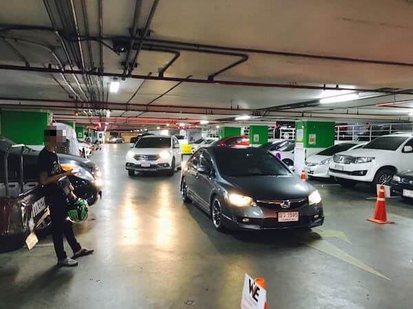 エスプラネードの駐車場1階