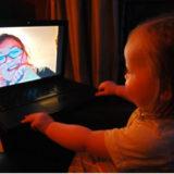 スカイプ通話をしている赤ちゃんと女性