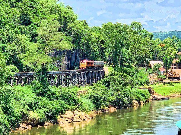 泰緬鉄道を走る列車