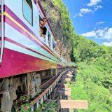 アルヒル桟道橋を通る列車から身を乗り出して景色を見ている観光客