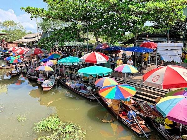 ターカー水上マーケットに並ぶ商売船