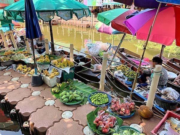 ターカー水上マーケットで売られている果物