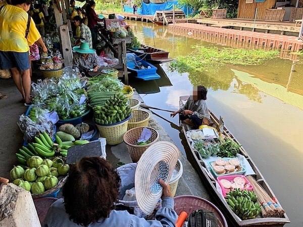 果物を積んだ商売船