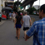 オンヌット駅前を歩く若いタイ人女性と初老の白人男性