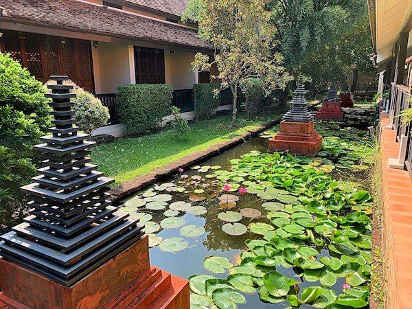 タラブリ リゾート スコータイ(Tharaburi Resort Sukhothai)敷地内の蓮池と仏塔風のライト