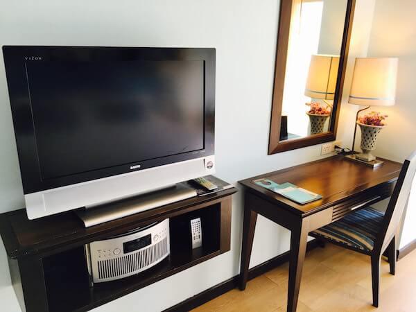 ザ ベイビュー ホテル パタヤ(The Bayview Hotel Pattaya)のテレビと化粧台