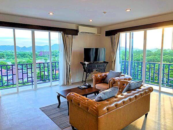 ザ ブリッジ レジデンス ホテル (The Bridge Residence Hotel)の客室ソファーから見える景色