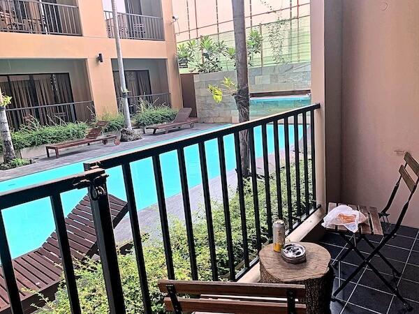 ザ コテージ スワンナプーム ホテル(The Cottage Suvarnabhumi Hotel)のバルコニーから見えるプール