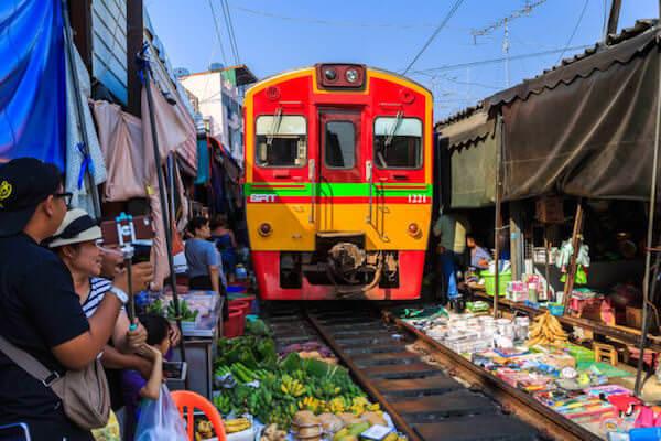 メークロン市場を通過する列車