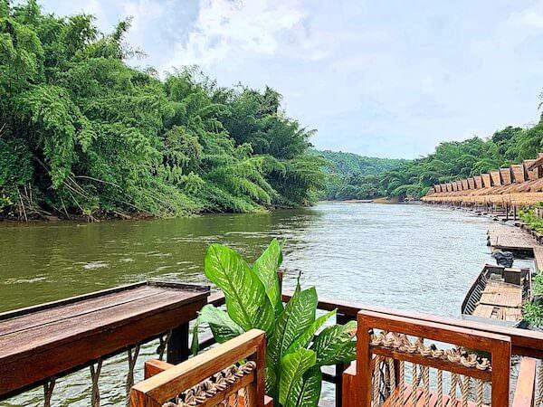 ザ フロートハウス リバークワイ リゾート(The Float House River Kwai Resort)のレセプションから見たクウェー川
