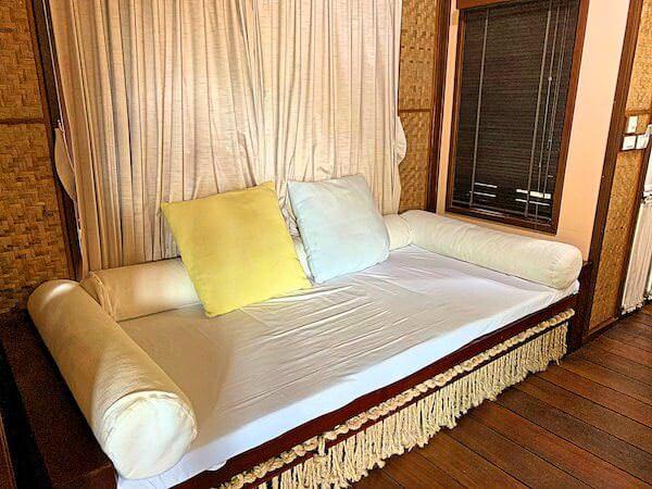 ザ フロートハウス リバークワイ リゾート(The Float House River Kwai Resort)客室ヴィラのソファー