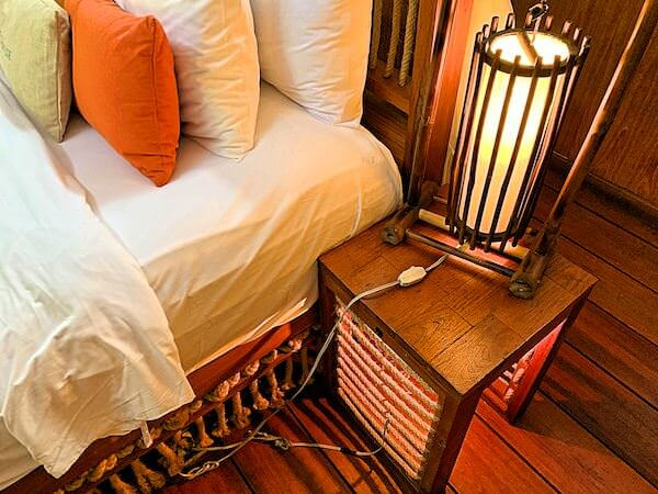 ザ フロートハウス リバークワイ リゾート(The Float House River Kwai Resort)客室ヴィラのベッド照明