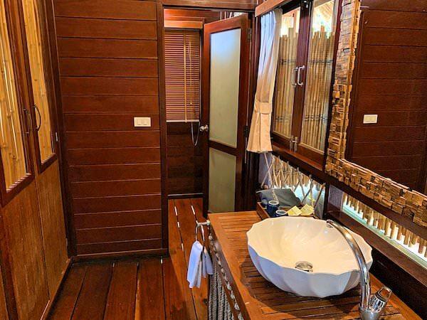 ザ フロートハウス リバークワイ リゾート(The Float House River Kwai Resort)客室ヴィラのシャワールーム1