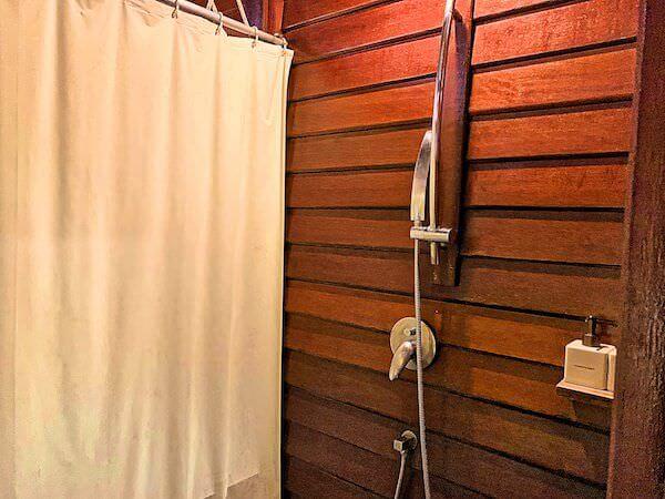 ザ フロートハウス リバークワイ リゾート(The Float House River Kwai Resort)客室ヴィラのシャワーブース