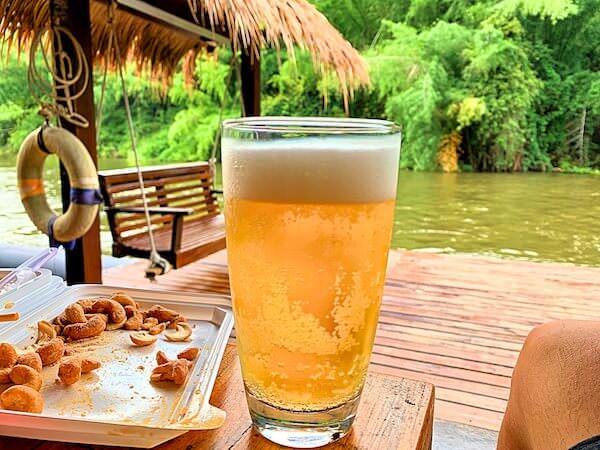 ザ フロートハウス リバークワイ リゾート(The Float House River Kwai Resort)客室ヴィラのテラスで飲んだシンハビール