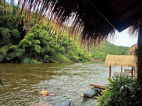 ザ フロートハウス リバークワイ リゾート(The Float House River Kwai Resort)前を流れるクウェー川で泳いでいる子供