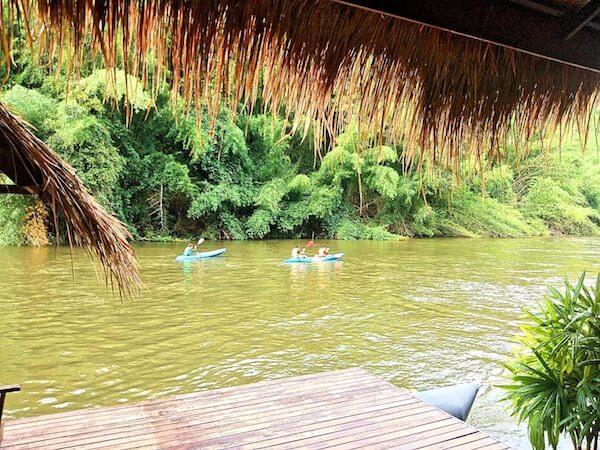 クウェー川でラフティングをしているヴィラ宿泊客