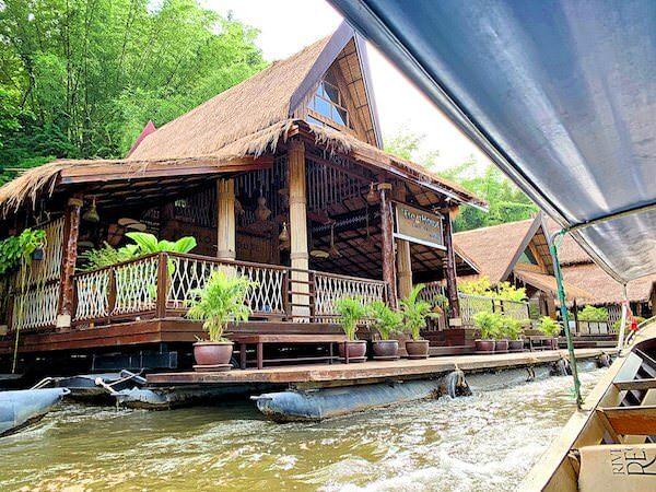 送迎ボートから見たザ フロートハウス リバークワイ リゾート(The Float House River Kwai Resort)のレセプション