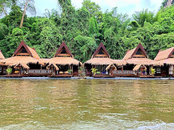 送迎ボートから見たザ フロートハウス リバークワイ リゾート(The Float House River Kwai Resort)