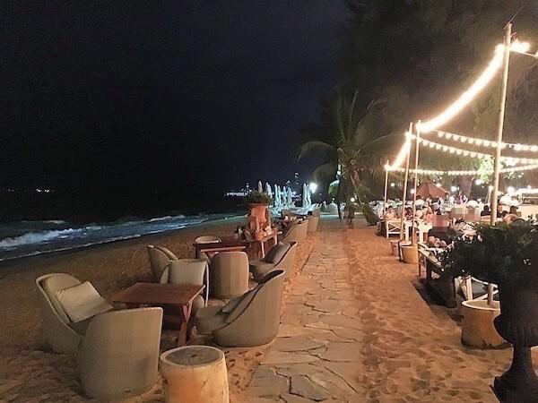 グラスハウス(The Glass House)のビーチ沿い客席