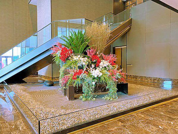 ジ オークラ プレステージ バンコク(The Okura Prestige Bangkok)のエントランスに飾られている生け花