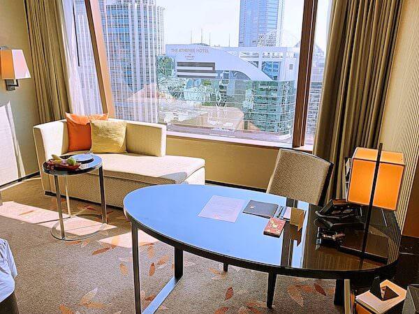 ジ オークラ プレステージ バンコク(The Okura Prestige Bangkok)の作業デスクと窓