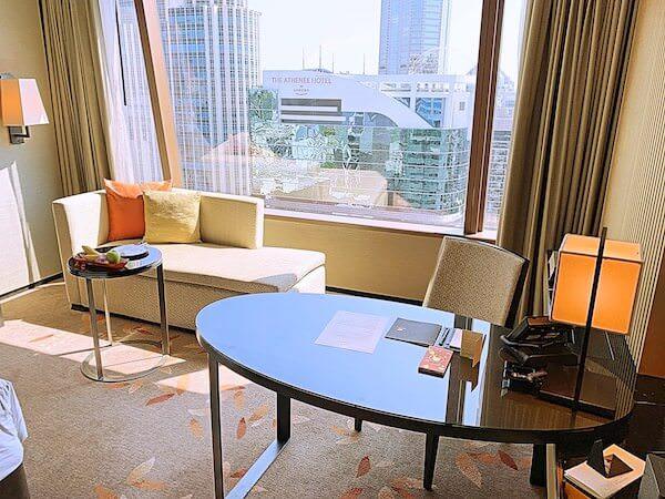 ジ オークラ プレステージ バンコク(The Okura Prestige Bangkok)の作業デスクとソファー