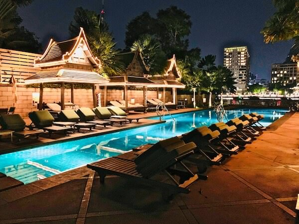 ザ ペニンシュラ バンコク(The Peninsula Bangkok) 夜のプール