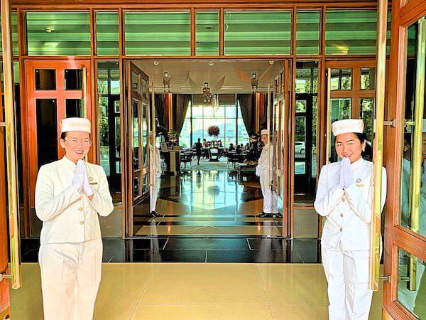 タイの伝統的挨拶「ワイ」をして迎えてくれたザ ペニンシュラ バンコク(The Peninsula Bangkok)のホテルスタッフ