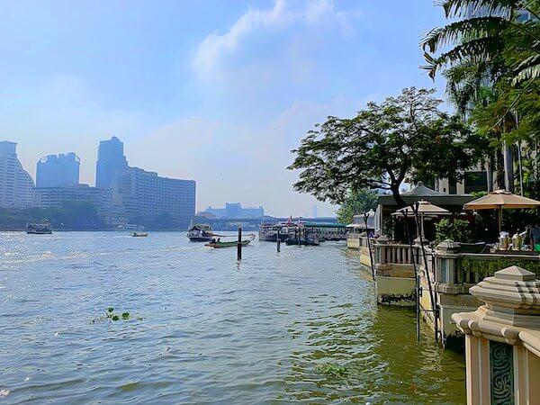 ザ ペニンシュラ バンコク(The Peninsula Bangkok)の中庭から望むチャオプラヤー川
