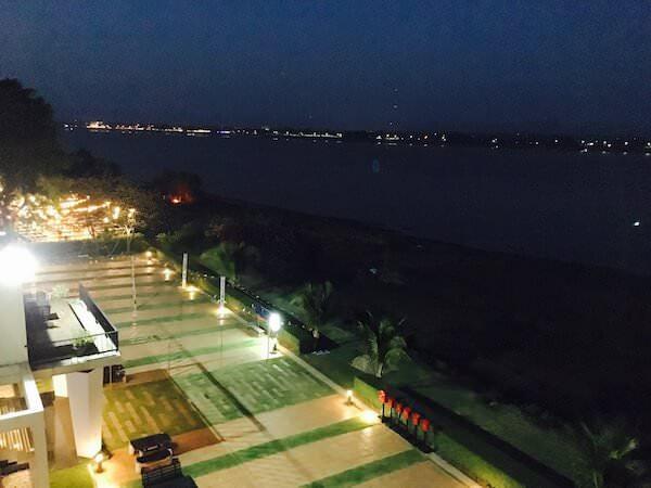 ザ リバー ホテル (The River Hotel)の客室から見える夜のメコン川