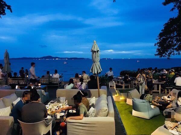 スカイギャラリー(The Sky Gallery Pattaya)のテーブル席