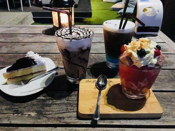 スカイギャラリー(The Sky Gallery Pattaya)で注文したケーキとコーヒー