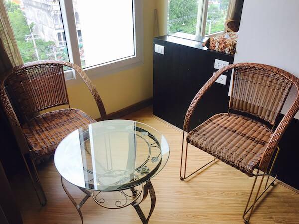 ザ サンレノ サービスド アパートメント (The Sunreno Serviced Apartment)のテーブル