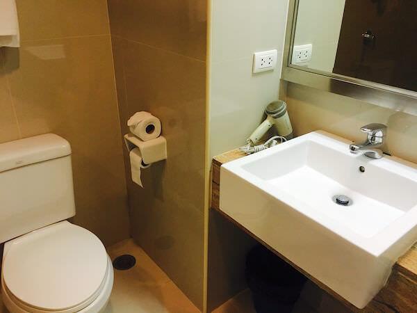 ザ サンレノ サービスド アパートメント (The Sunreno Serviced Apartment)のシャワールーム1