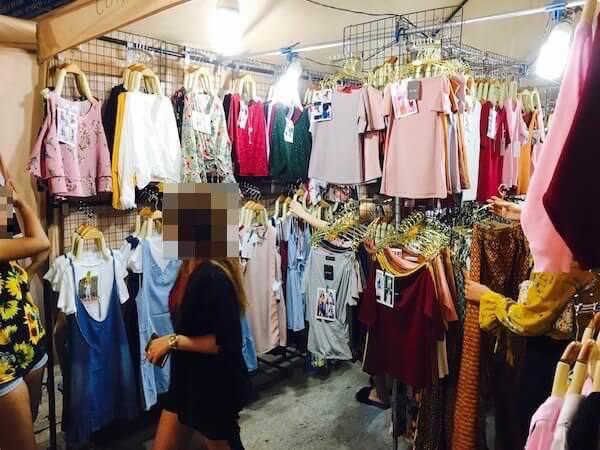 テパシットナイトマーケットの女性向け衣類の店