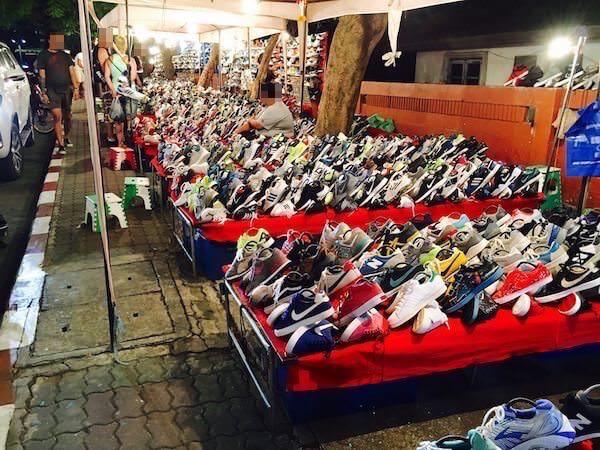 テパシットナイトマーケットの靴の露店が並ぶエリア1