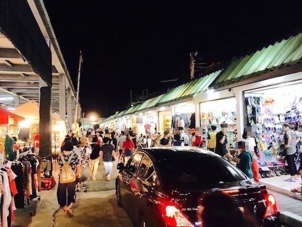 テパシットナイトマーケットのややハイセンスな店が並ぶエリア