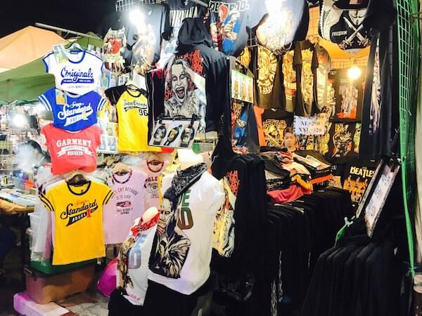 テパシットナイトマーケットのキャラクターTシャツのエリア