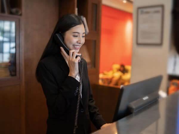 ホテルスタッフとして働く30代のリゾートバイト女性