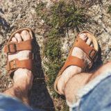 男性の足とサンダル