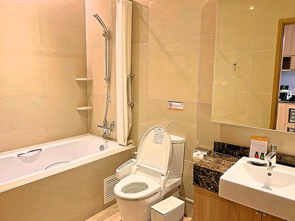 V レジデンス ホテル アンド サービスド アパートメント(V Residence Hotel and Serviced Apartment)のバスルーム1