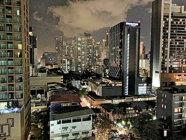 V レジデンス ホテル アンド サービスド アパートメント(V Residence Hotel and Serviced Apartment)のバルコニーから見える夜景