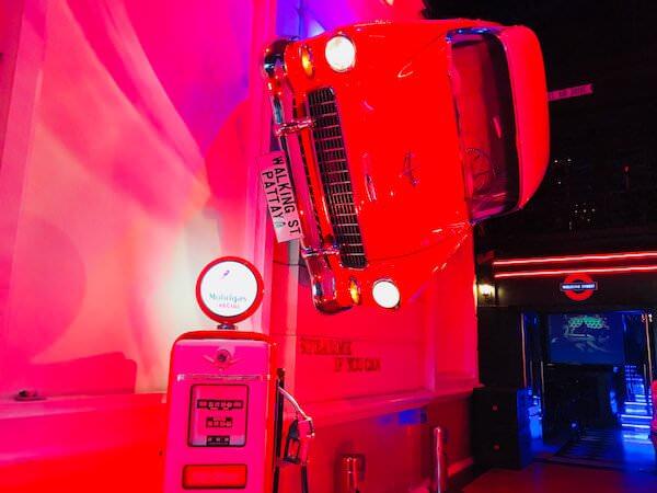 ウォーキングストリート レッドカー パブ(Walking Street Red Car Pub)の入り口にある赤い車