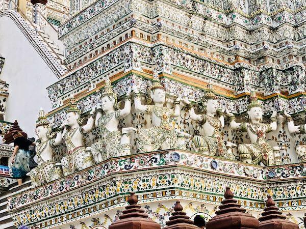 ワットアルンの第仏塔を支える神々