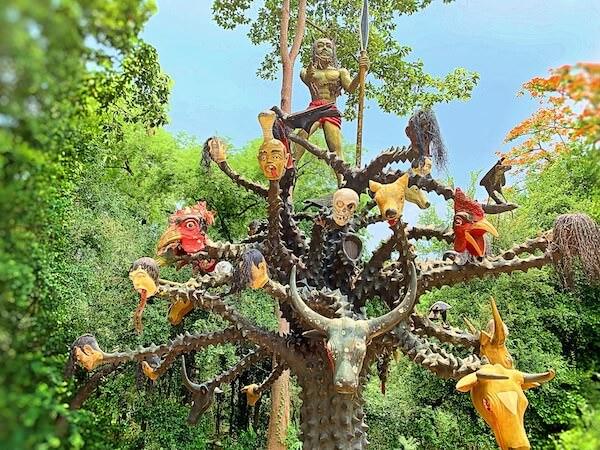 アユタヤの地獄寺ワットガイにある棘の木
